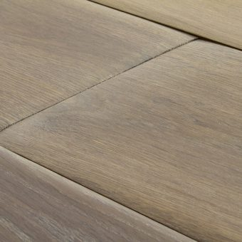 drevena-podlaha-berthold-studio-leon-rucne-opracovane-hrany-silne-zakoureny-vanilkovy-olej-2