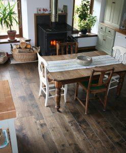 masivni-drevena-podlaha-esco-pelgrim-hluboce-kourova-v-interieru