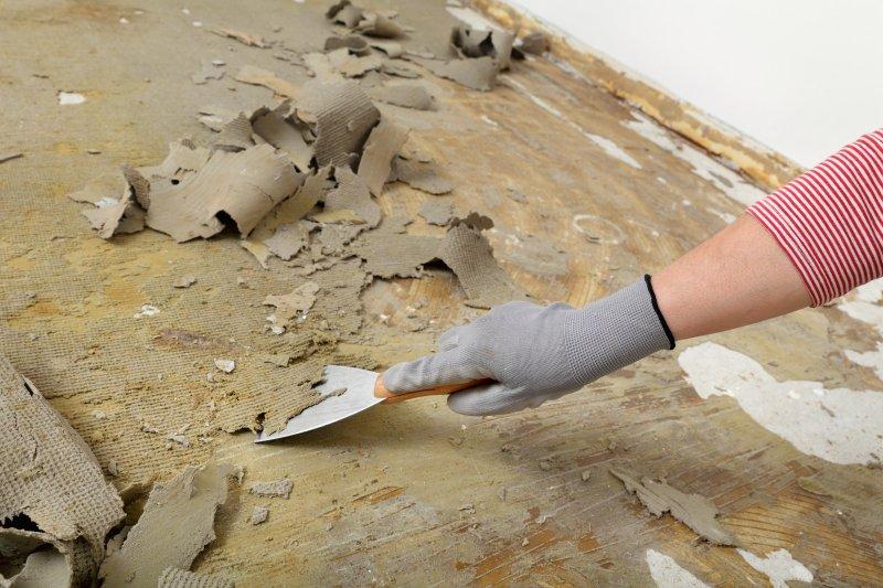 Jak odstranit lepidlo zpod podlahy.