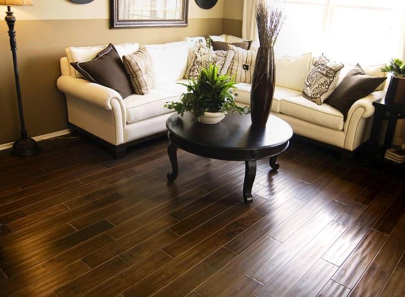 Tmavá podlaha navodí dojem útulného prostředí.