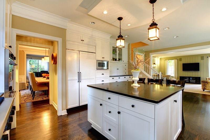 Tmavá podlaha se hodí i do kuchyně.