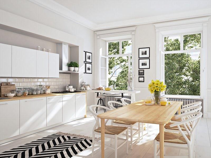 Světlá kuchyň a dřevěná podlaha ve skandinávském, severském stylu bydlení.