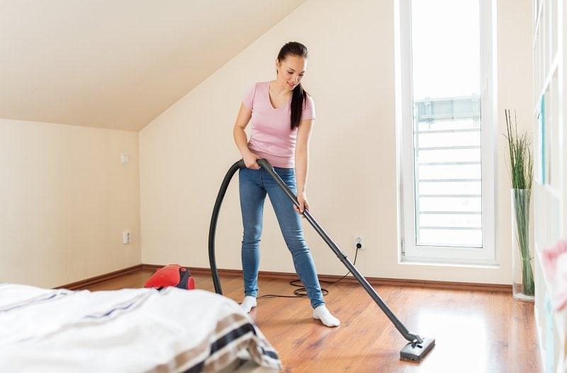 Luxování podlahy.