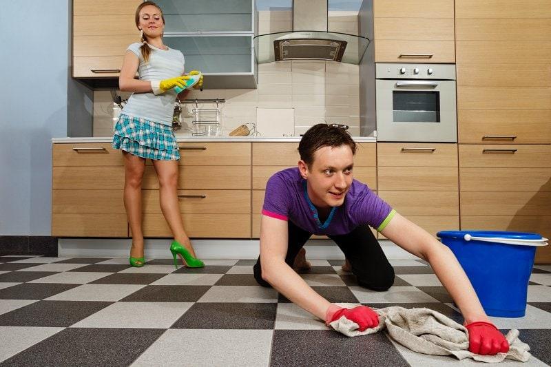 Uklízet podlahu mohou i muži.