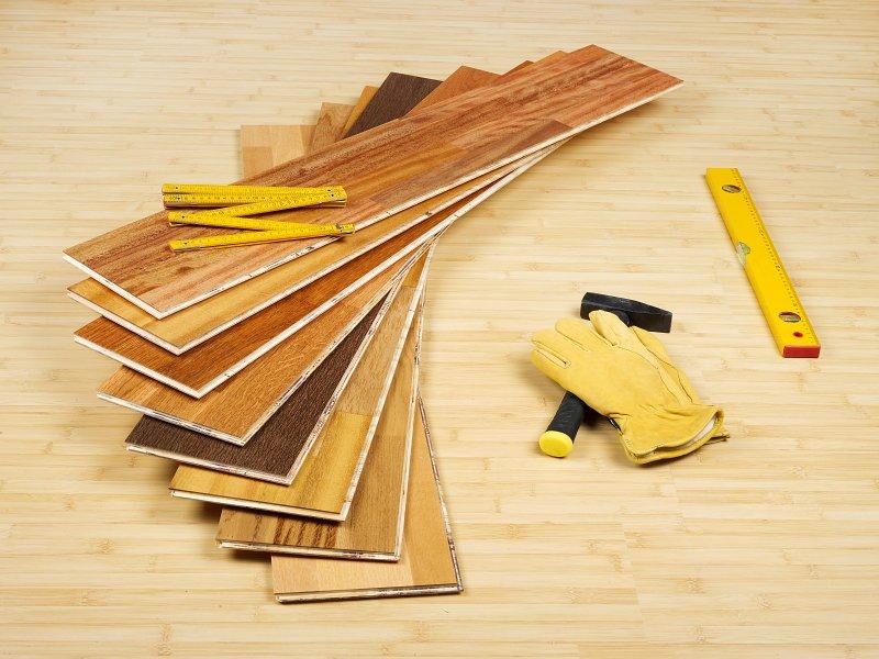 Různé dekory laminátové podlahy.