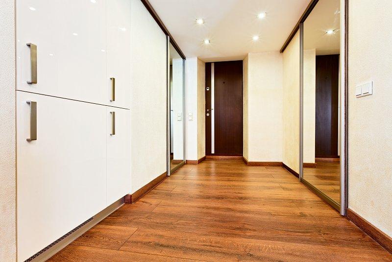 Laminátová podlaha v moderním interiéru.
