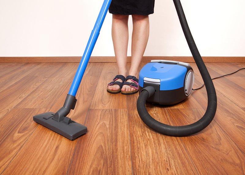 Úklid laminátové podlahy.
