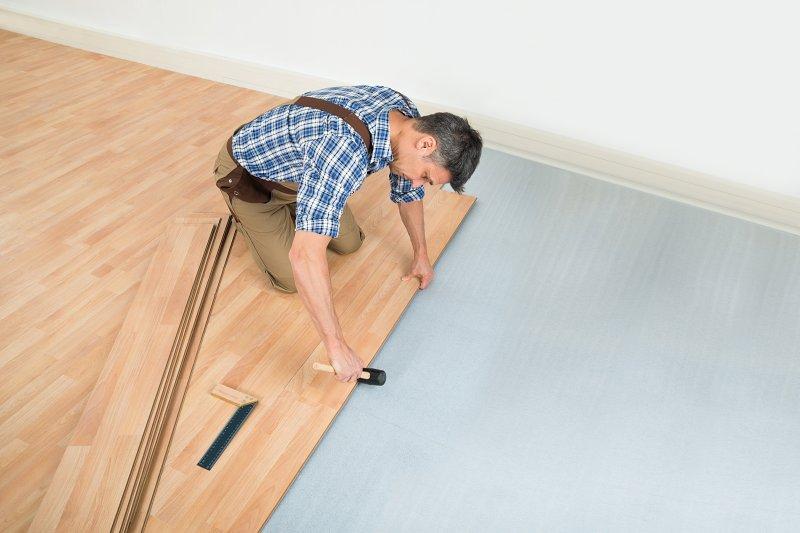 Pokládka laminátové podlahy.