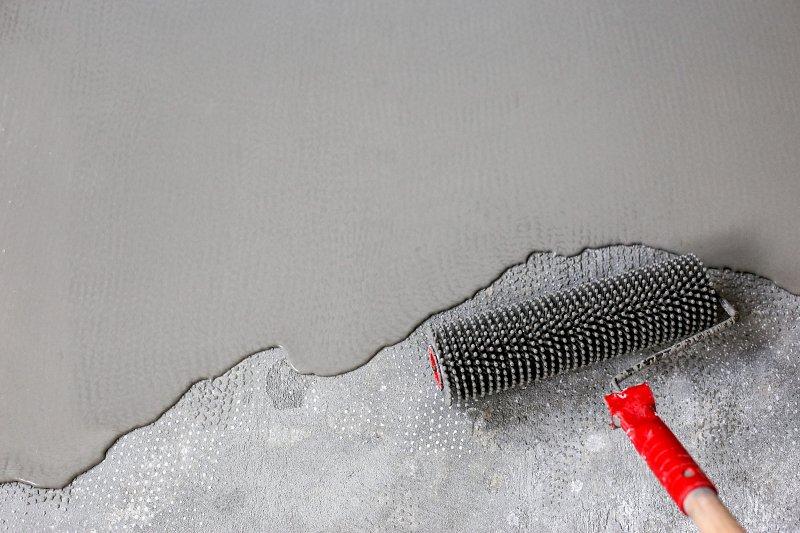 Odvzdušňování nalité stěrky válečkem.