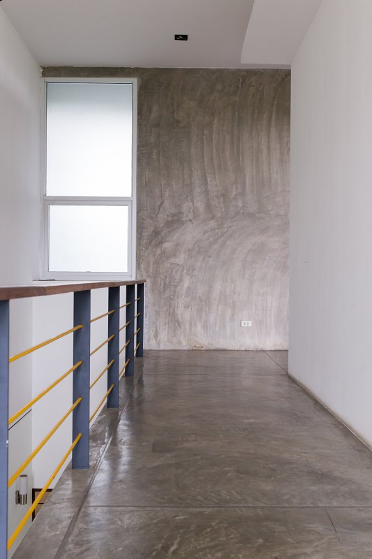 Litá, betonová podlaha.