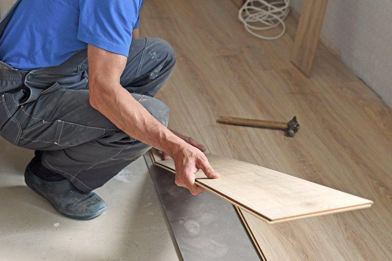Pokládka podlahy v bytě.