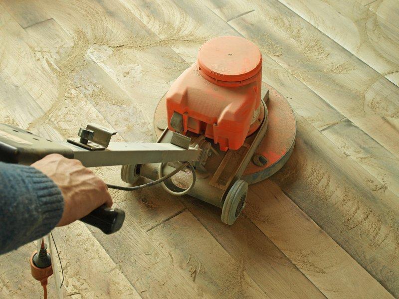 Broušení dřevěné podlahy.