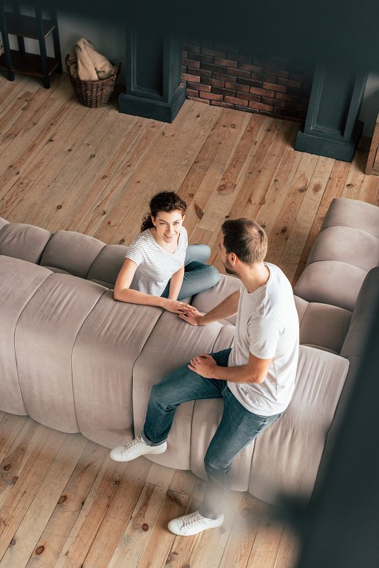 Dřevěná podlaha v obývacím pokoji.