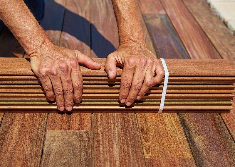 Podlahové palubky mají pero a drážku.
