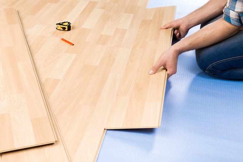Pěnová izolace pod plovoucí podlahu.