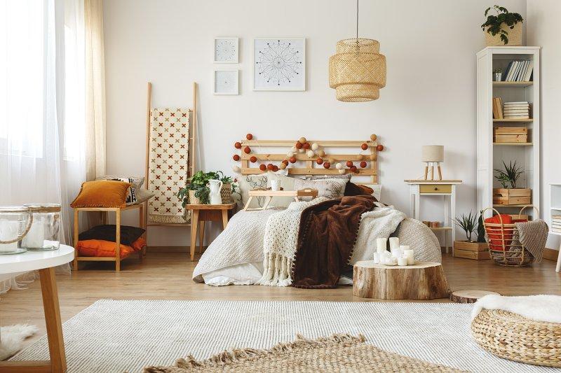 K boho stylu bydlení patří tlusté deky, dečky, koberečky.