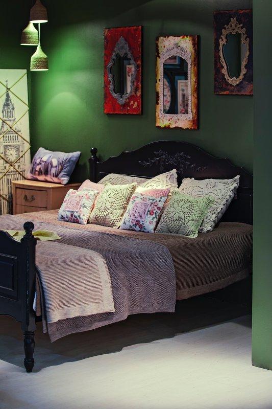 Syté barvy a kombinace všeho možného –boho styl bydlení.