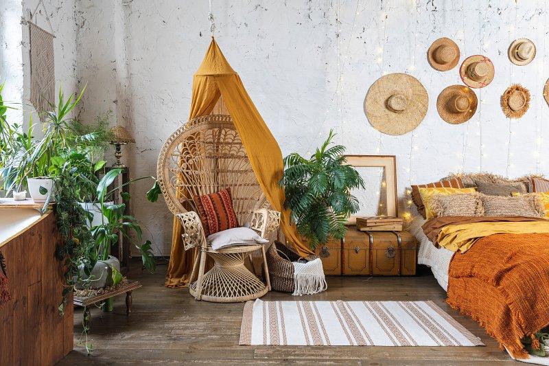 Přírodní materiály a rostliny – znaky bohémského stylu bydlení.