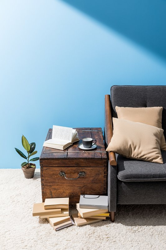Místo stolku se hodí stará bedna nebo truhla –bohémský styl bydlení.