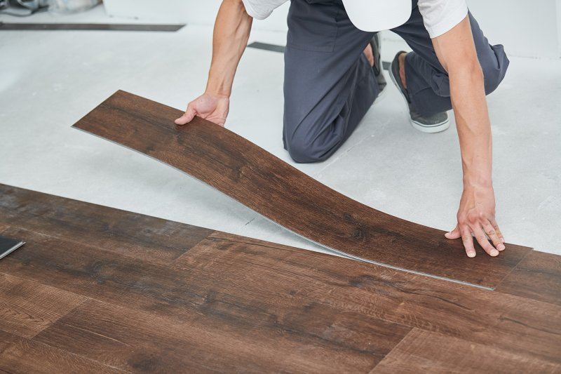 Lepení vinylové podlahy.