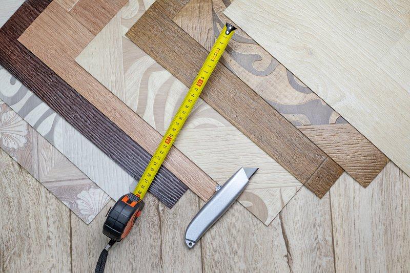 PVC podlaha, svinovací metr a zalamovací nůž