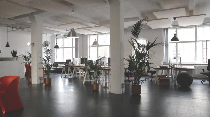 Pracovní prostředí firmy v industriálním stylu.