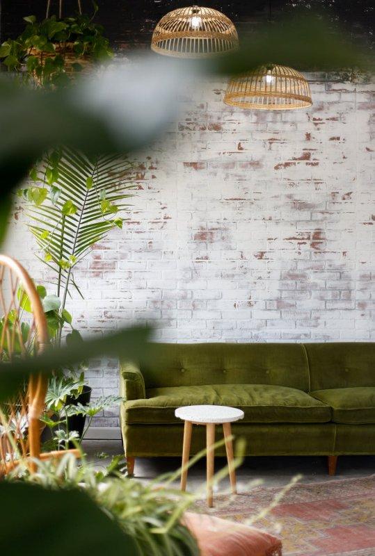 Strohý interiér oživí pokojové rostliny.