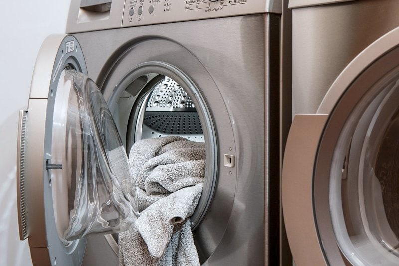 Prádlo v pračce.