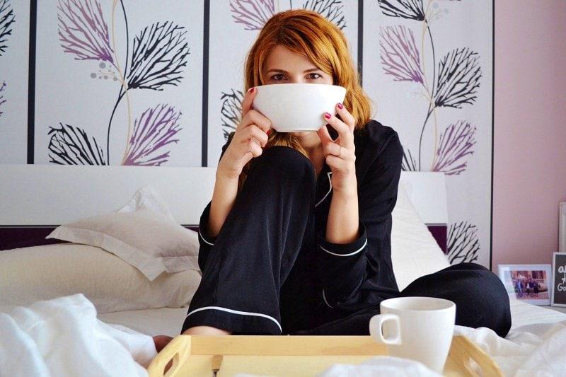 Žena v posteli.