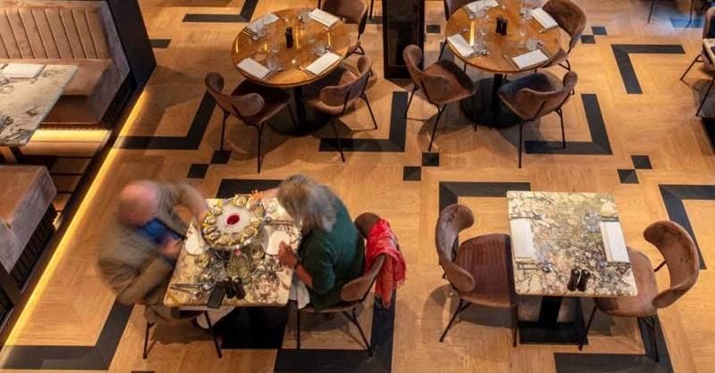 Sametový vinyl Forbo Flotex v restauračním prostředí.