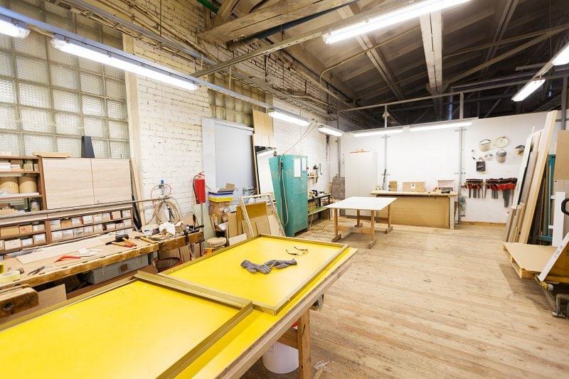 V řemeslné dílně může být i podlaha ze dřeva.