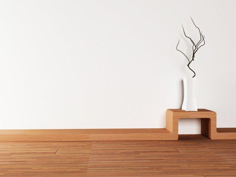 Dřevěná podlaha a bílá stěna – puristický styl bydlení.