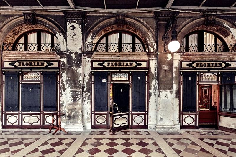 Kostky na podlaze před kavárnou Café Florian v Benátkách.