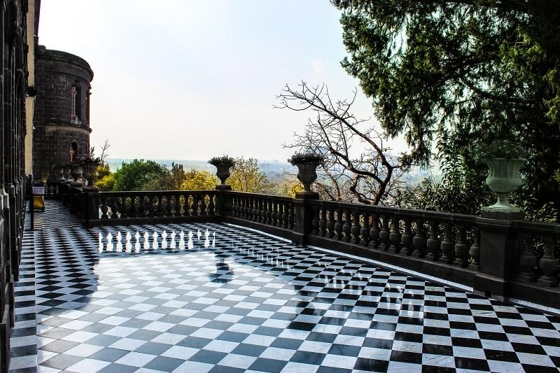 Kostkovaná podlaha na terase v Itálii.